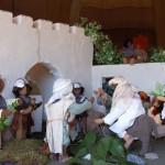Dockor som illustrerar hur Jesus rider in i Jerusalem.