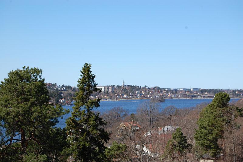 Utsikt över vatten och bebyggelse.