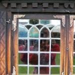 Vackert munblåst fönster med blyspröjs.
