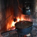 Potatis och tevatten kokas till kvällsmaten.