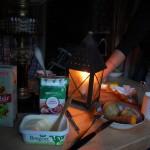 Kvällsmat med bl.a. kokt potatis och morötter, bönsalsa och gräddfilssås. Kvällen innan bakade vi bröd över öppen eld.
