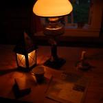 Korsord och te kring fotogenlampan på kvällskvisten.