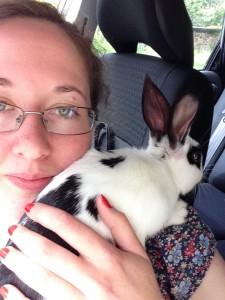 en svartfläckig kanin som klätrar uppåt axeln
